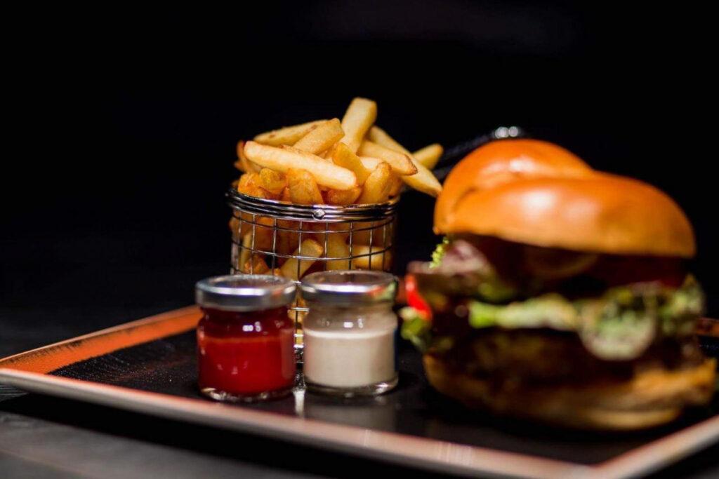 Burger und Pommes 1024x683 Industrial Style Essen im Leuchtfeuer